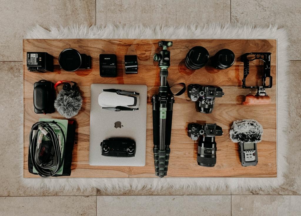 matériel photo et vidéo présentés sur une table